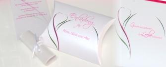 Ausgefallene Hochzeitseinladungen in Form einer Kissenschachtel in angesagtem pink und grün