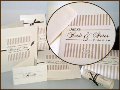 Gestalten Sie Ihre Hochzeitspapeterie einheitlich von der Einladungskarte bis zur Dankeskarte mit dem gleichen Motiv - mit Streifen, Ringen und Schleifen in creme und braun