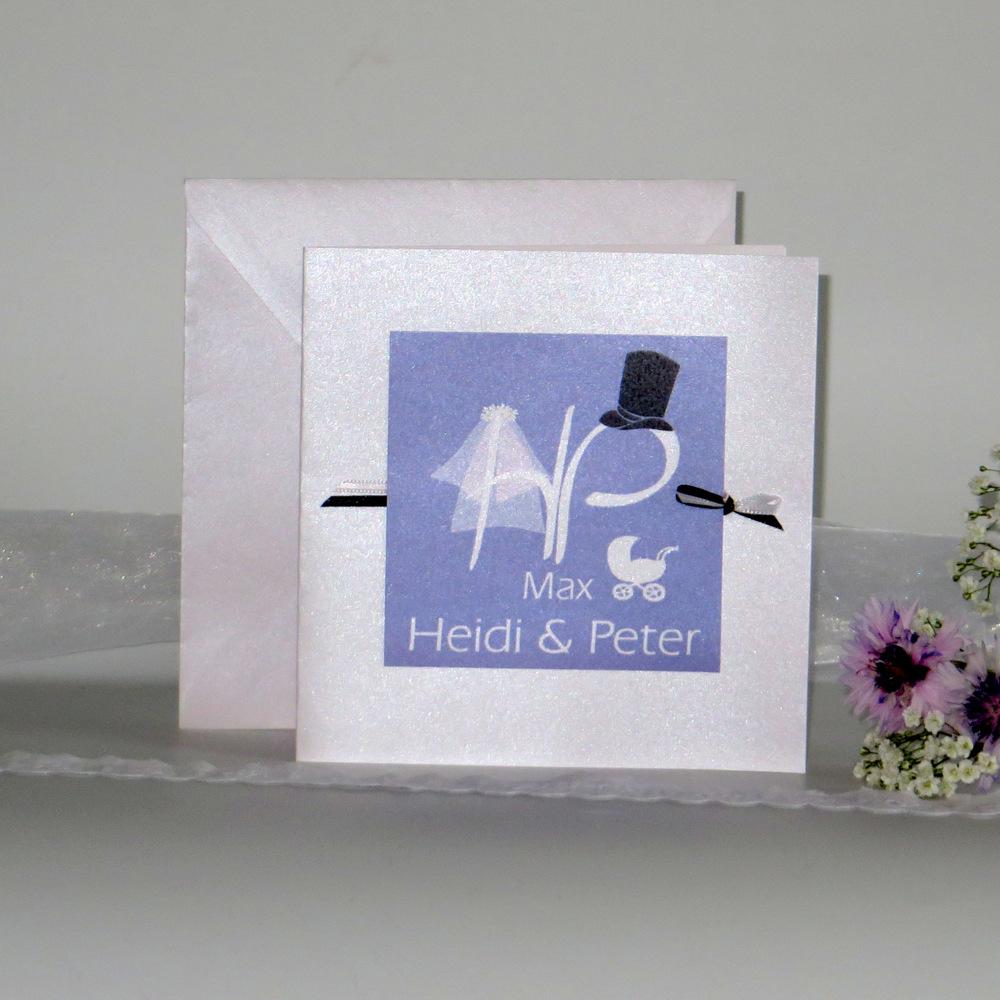 Fliederfarbene Einladung zur Hochzeit mit Taufe.Die Initialen des Brautpaares werden um den kleinen Kinderwagen ergänzt.