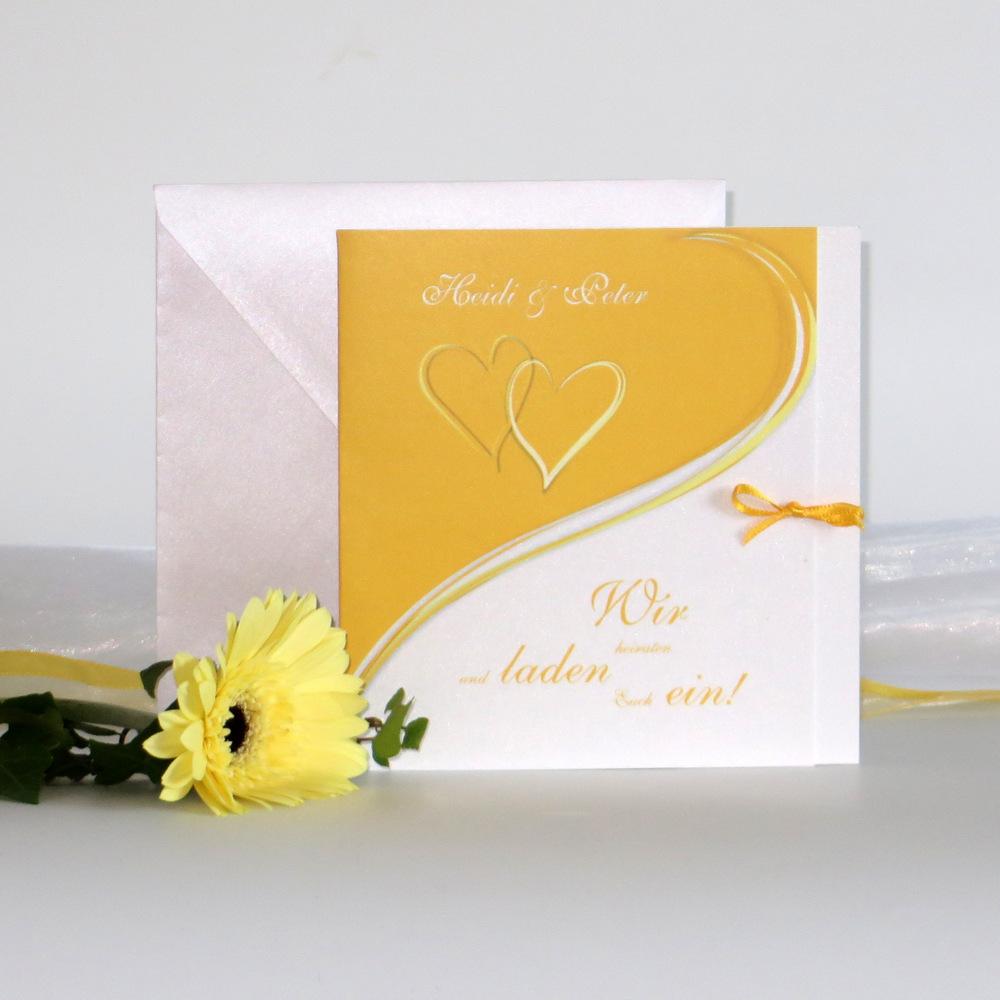 Moderne Hochzeitseinladung mit Herzpaar in frischem gelb.