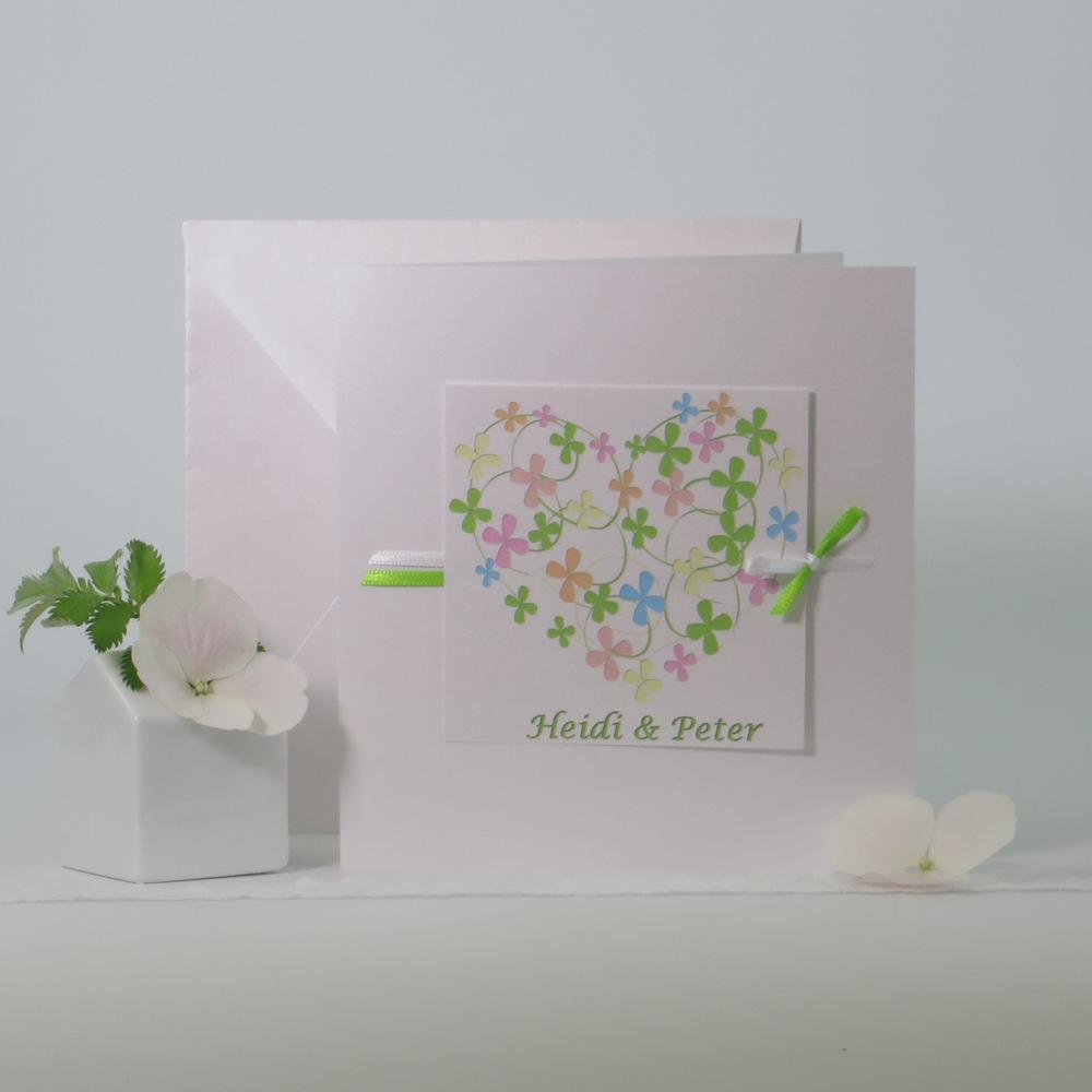 Trendige Hochzeitseinladung mit einem bunten Blumenherz