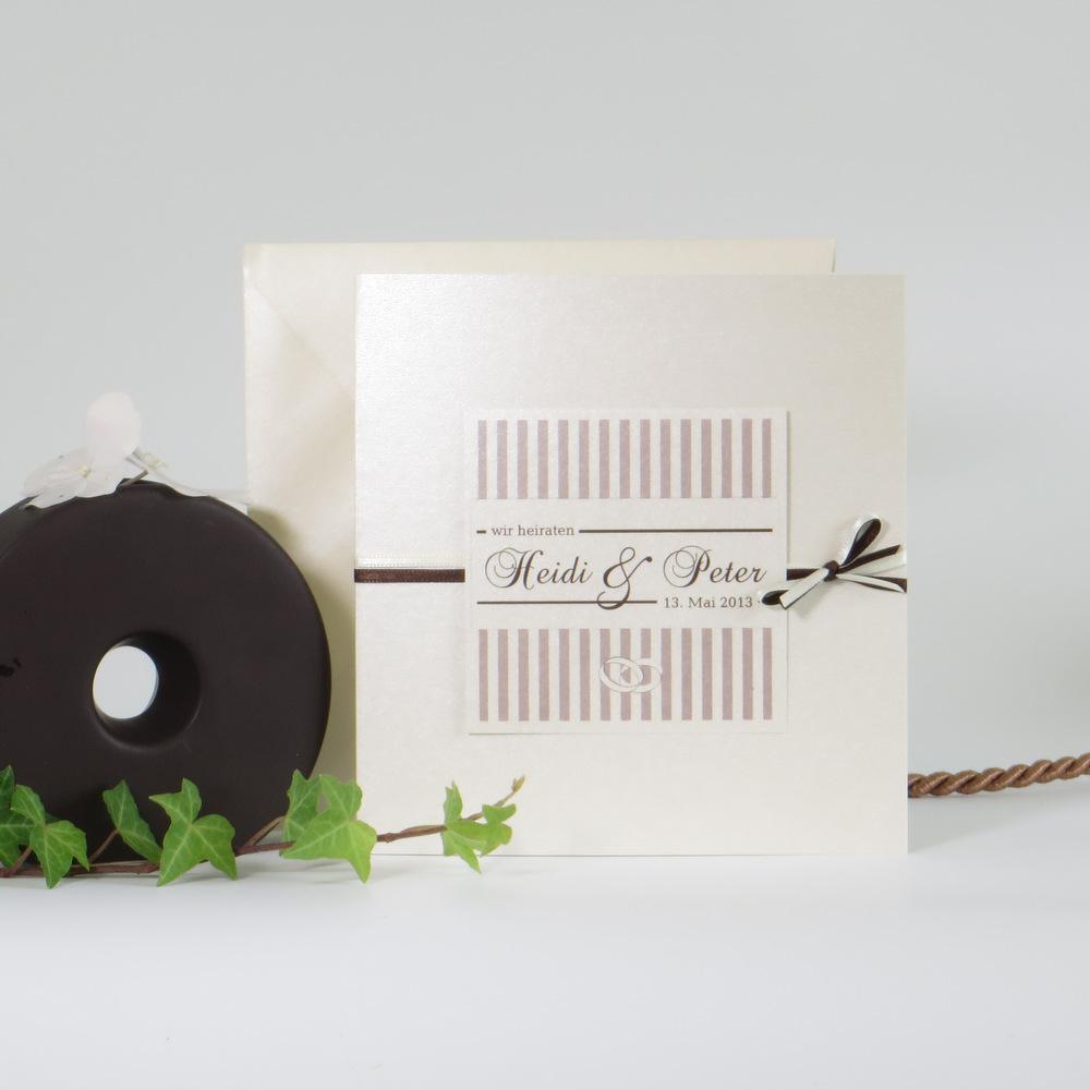 """Edle Hochzeitseinladung """"Ringe"""" in der Farbkombination creme und braun."""