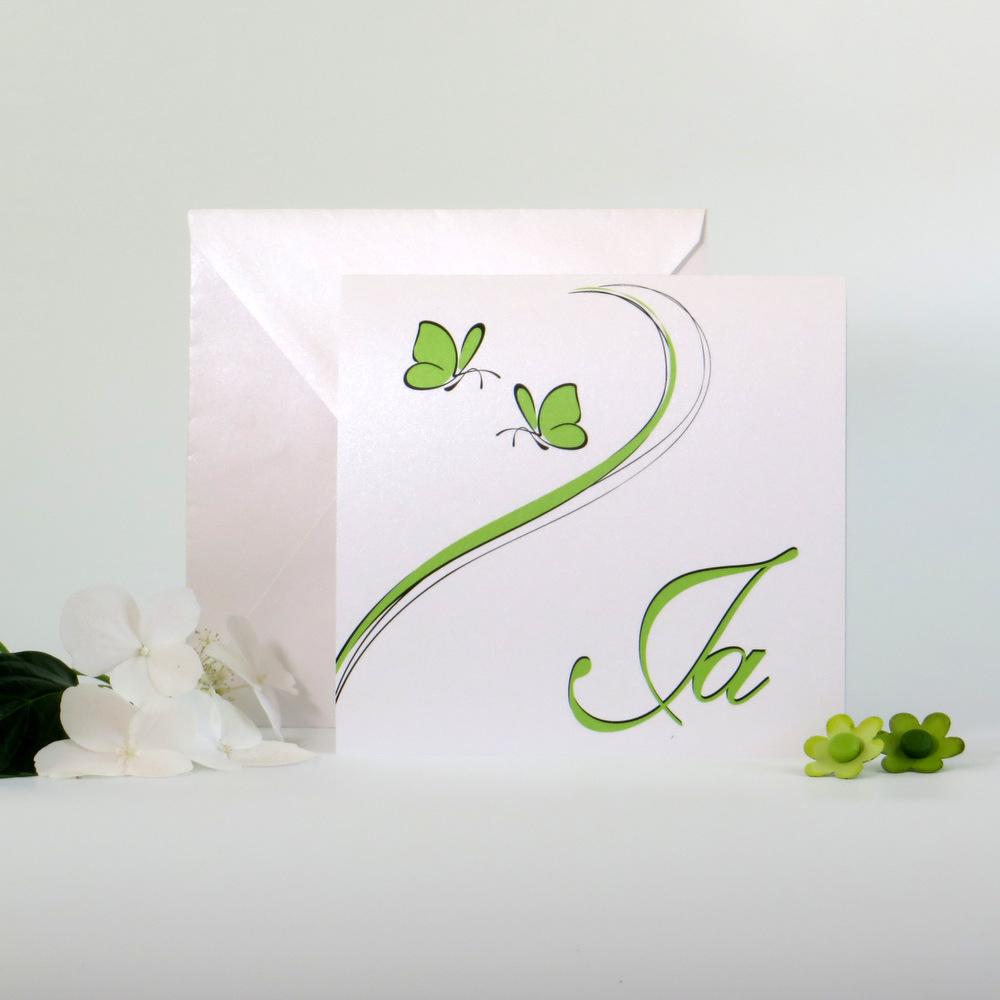 Trendige Hochzeitseinladung mit 2 Schmetterlingen in grün.