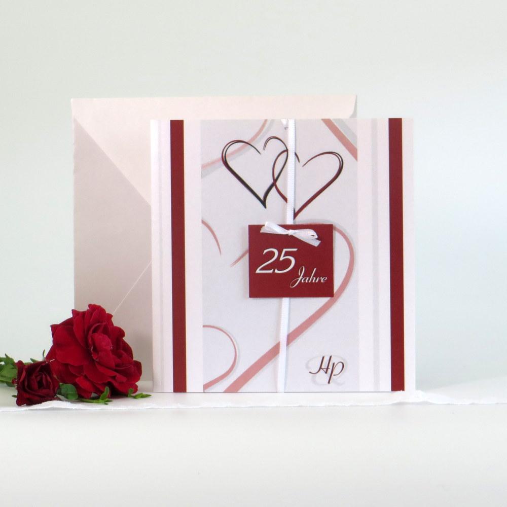 Besondere Einladungskarten zur silbernen Hochzeit mit Herzen in rot.
