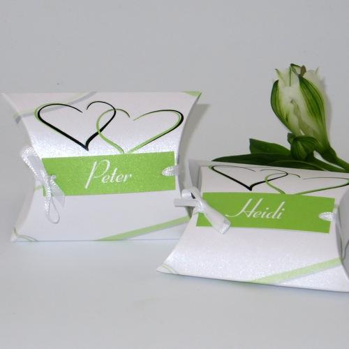 Hochzeitsgastgeschenk mit Namen und schönen grünen Herzen.