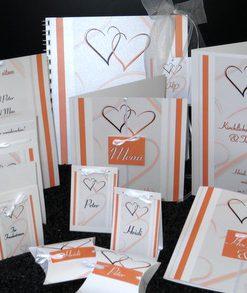 Traufkarten mit orangenen Herzen und einem modernen Design.