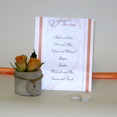 Tischkarte für mehrere Personen mit einem Hochzeitsdesign in orange.