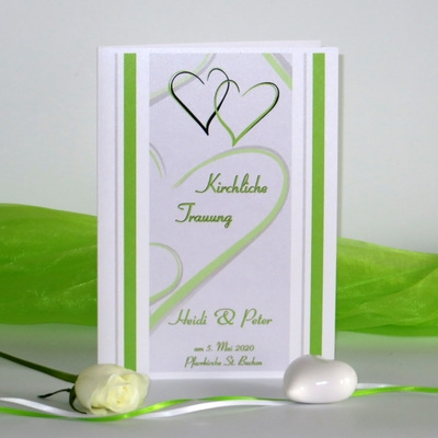 Edles Kirchenheft für die Hochzeit mit grünen Herzen.