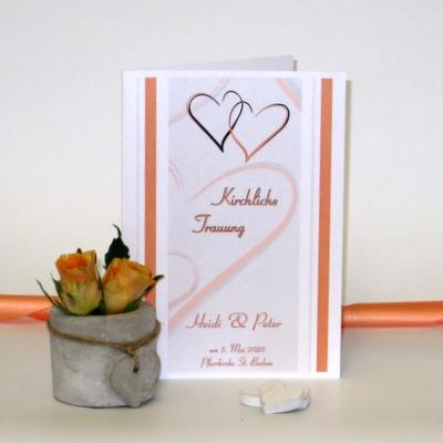 Romantisches Kirchenheft mit einem Design aus Herzen und Streifen in orange.