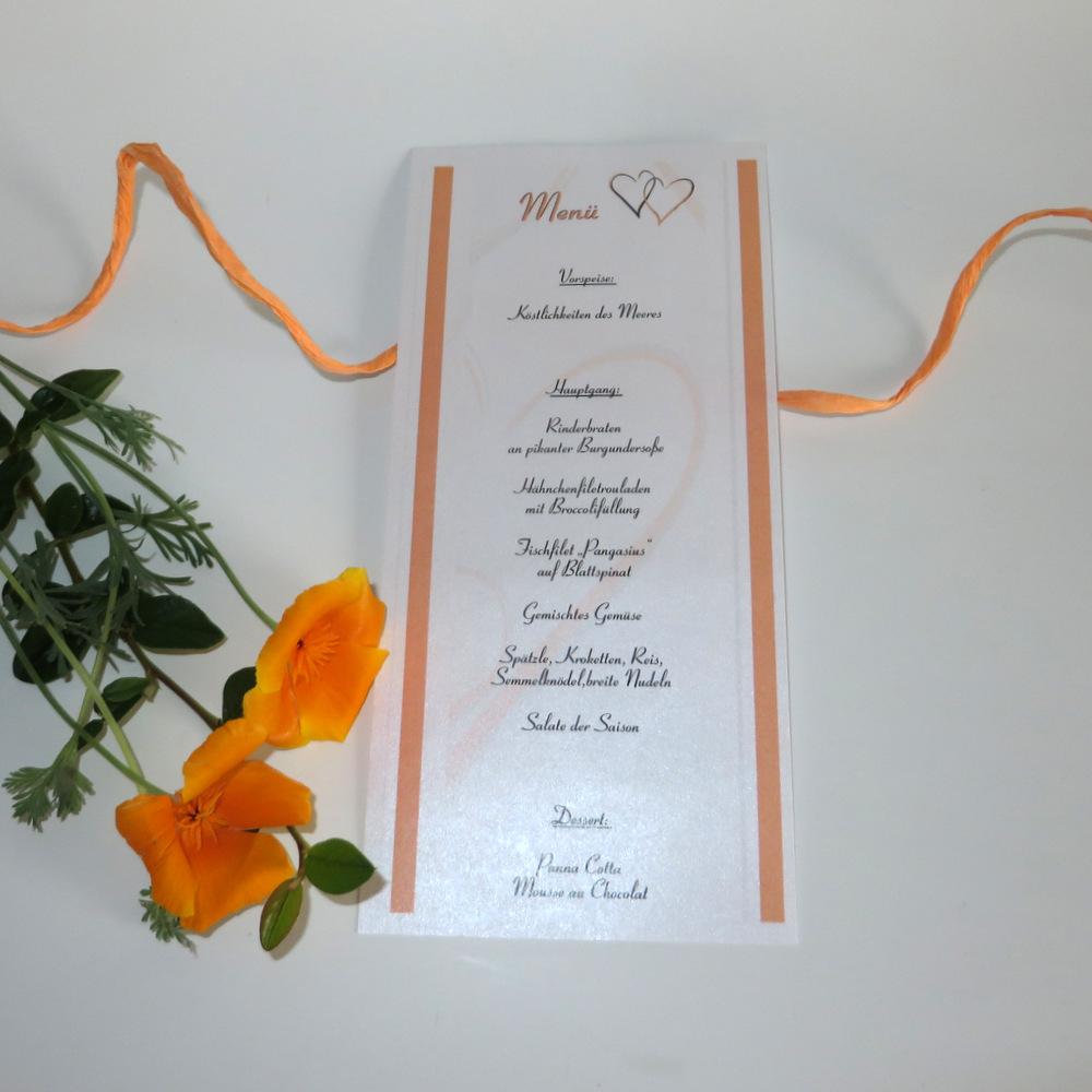 Schriftrolle als Menükarte mit einem Motiv aus orangen Herzen.