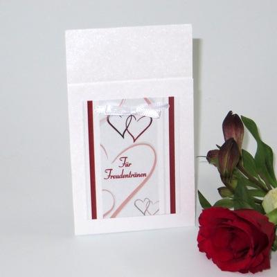 Für die Freudentränen bei Ihrer Trauung: Taschentuchtasche mit Herzen und Streifen in bordeauxrot.