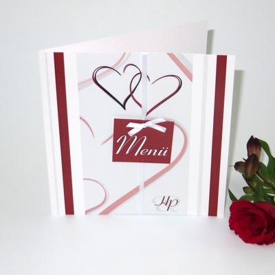 Hochzeitsmenükarte mit einem roten Schild und Herzen.