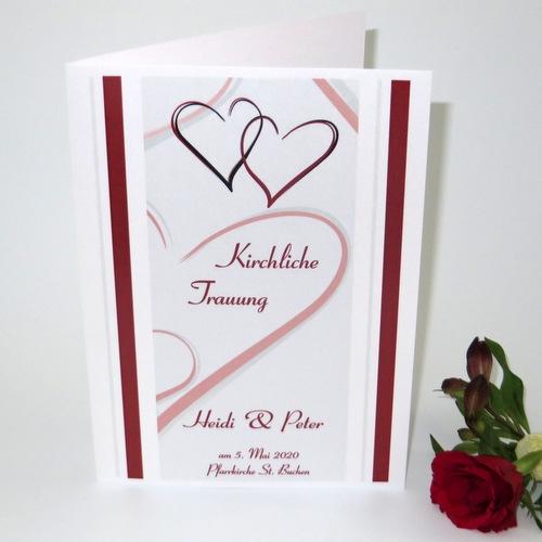 Besonderes Kirchenheft für die Hochzeit mit roten Herzen.