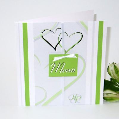 Hochzeitsmenükarte mit grünem Schild und Herzen.