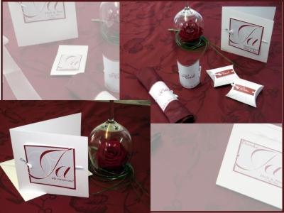 Bordeauxrote Hochzeitsdekoration mit edlen Karten.