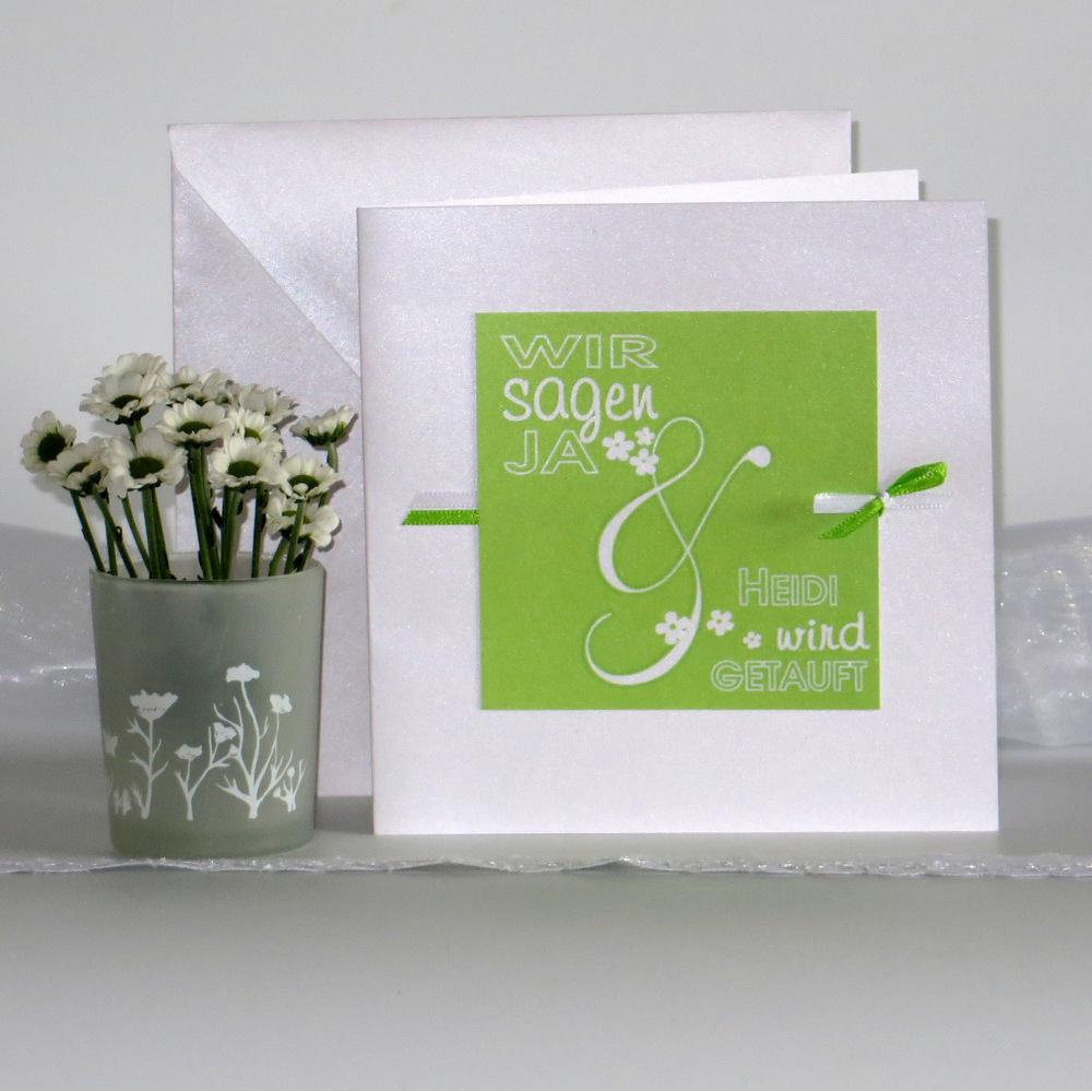 Wunderschöne Einladung zu einer Hochzeit mit Taufe in strahlendem grün sowie fröhlichen Blümchen, Schleifen und weiteren verspielten Details.