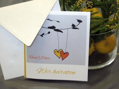 Hochzeitskarte mit kleinen Herzen.