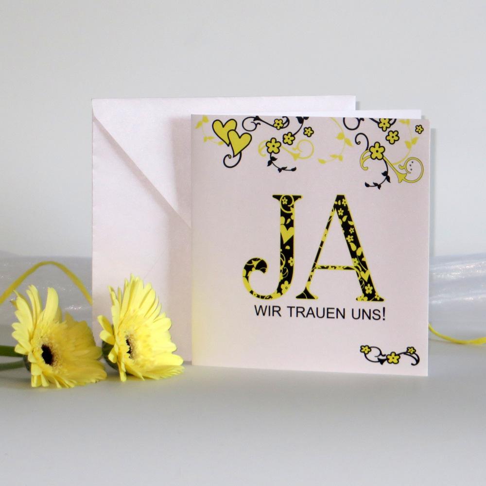 Moderne Hochzeitseinladung aus weißem Glanzkarton mit gelb-schwarzen Blumenornamenten und Blumen