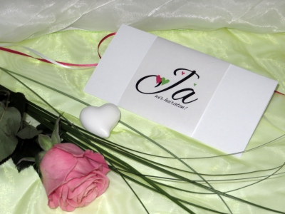 Moderne Hochzeitskarte mit Herzchen in pink und grün.