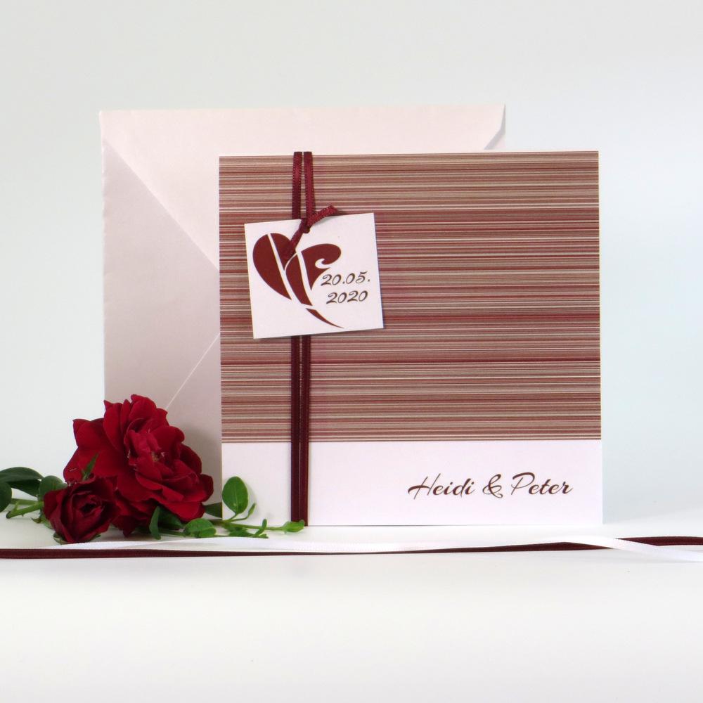 Trendige Hochzeitseinladung mit einem Streifendesign in rot