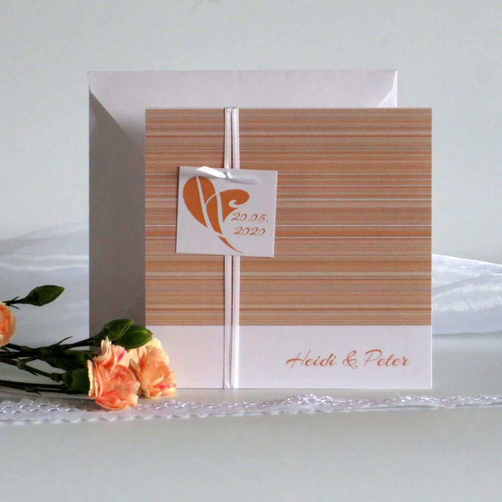 Ansprechende Hochzeitseinladung in orange-weiß verziert feinen Linien, einem Schild und Band.