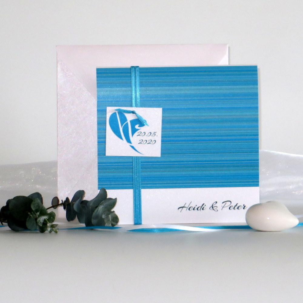 Hochzeitskarte mit Streifen in türkis, einem Band und romantischem Kärtchen.