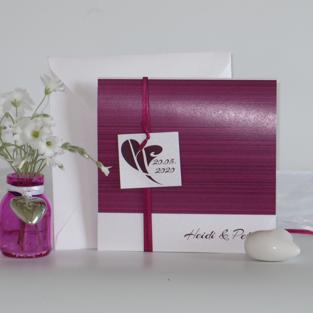 Schöne Hochzeitseinladung mit Schild und schönem pinken Band.
