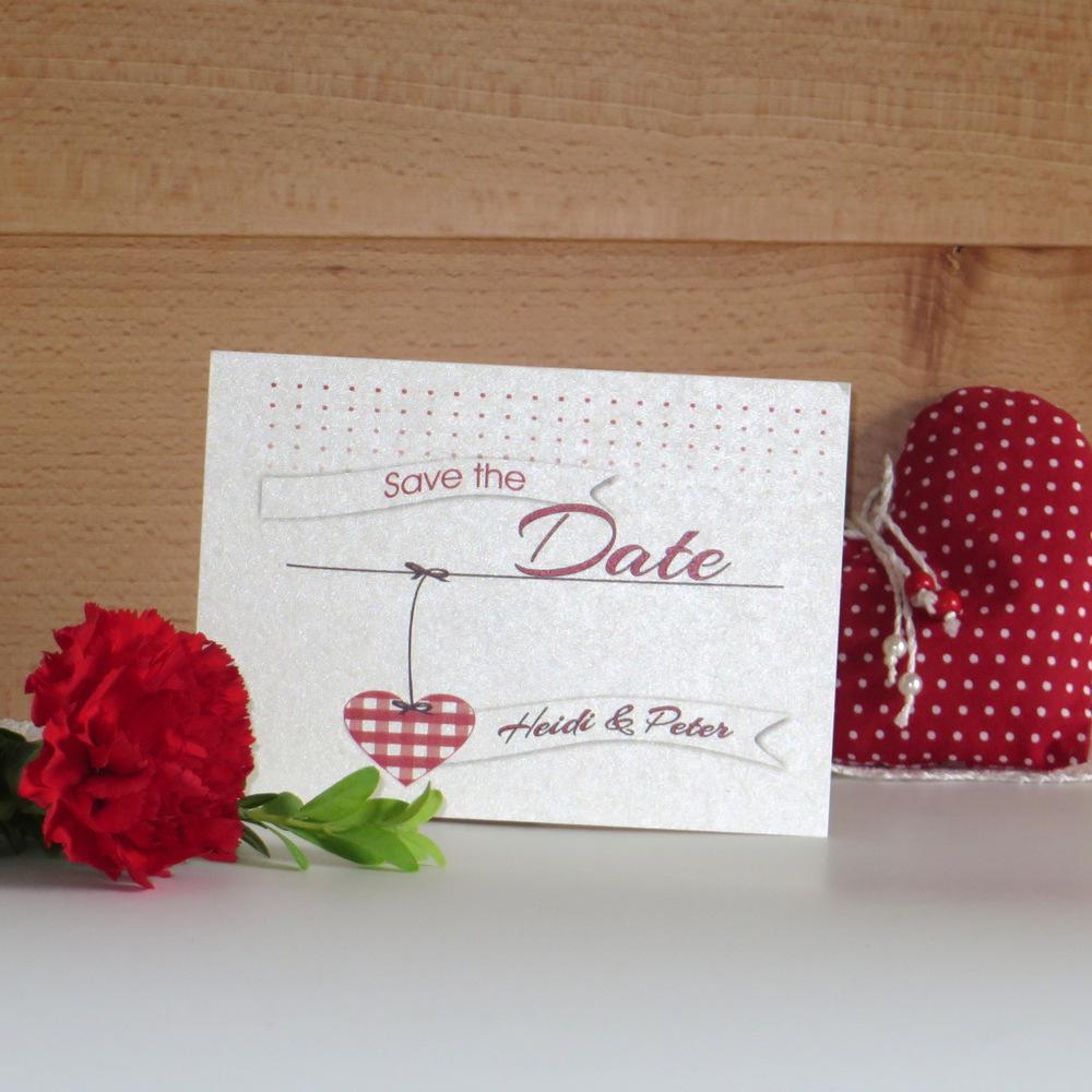 Save the Date Karte mit Herz und Punkten.