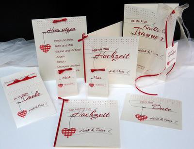 Detailliert gestaltete Hochzeitskarten in creme und rot