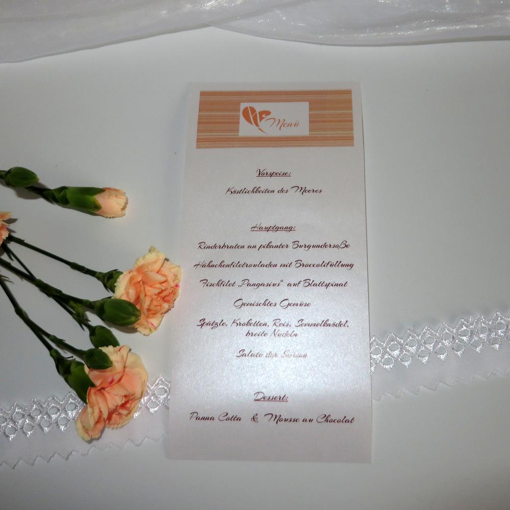 Wunderschöne Schriftrolle verziert mit feinen Linien in orange und weiß.