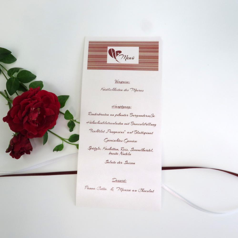 Modernes rot trifft auf strahlendes weiß - so präsentiert sich diese ausgefallene Menükarte in Form einer Schriftrolle