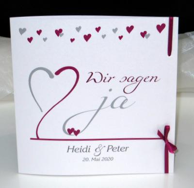 Moderne Hochzeitseinladung mit vielen kleinen Herzen.