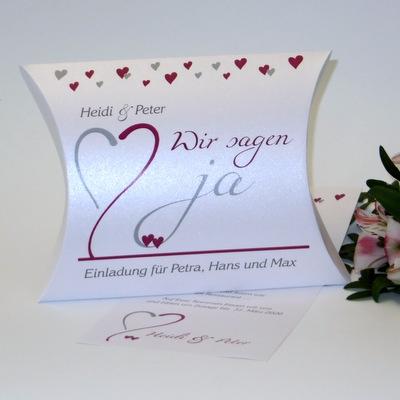 Ausgefallene Hochzeitseinladung mit Herzen in pink und grau.