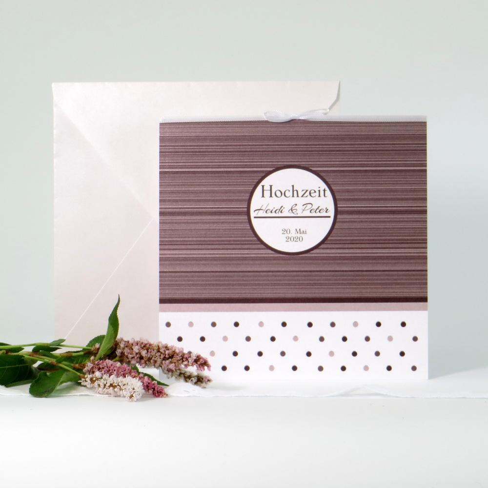 Erstklassige Hochzeitseinladung mit modernen Streifen und Punkten in braun