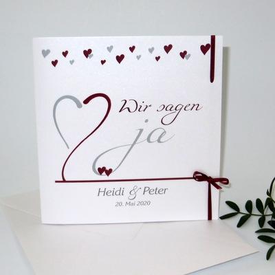 Hochzeitseinladung aus weißem Glanzkarton mit bordeauxroten Highlights