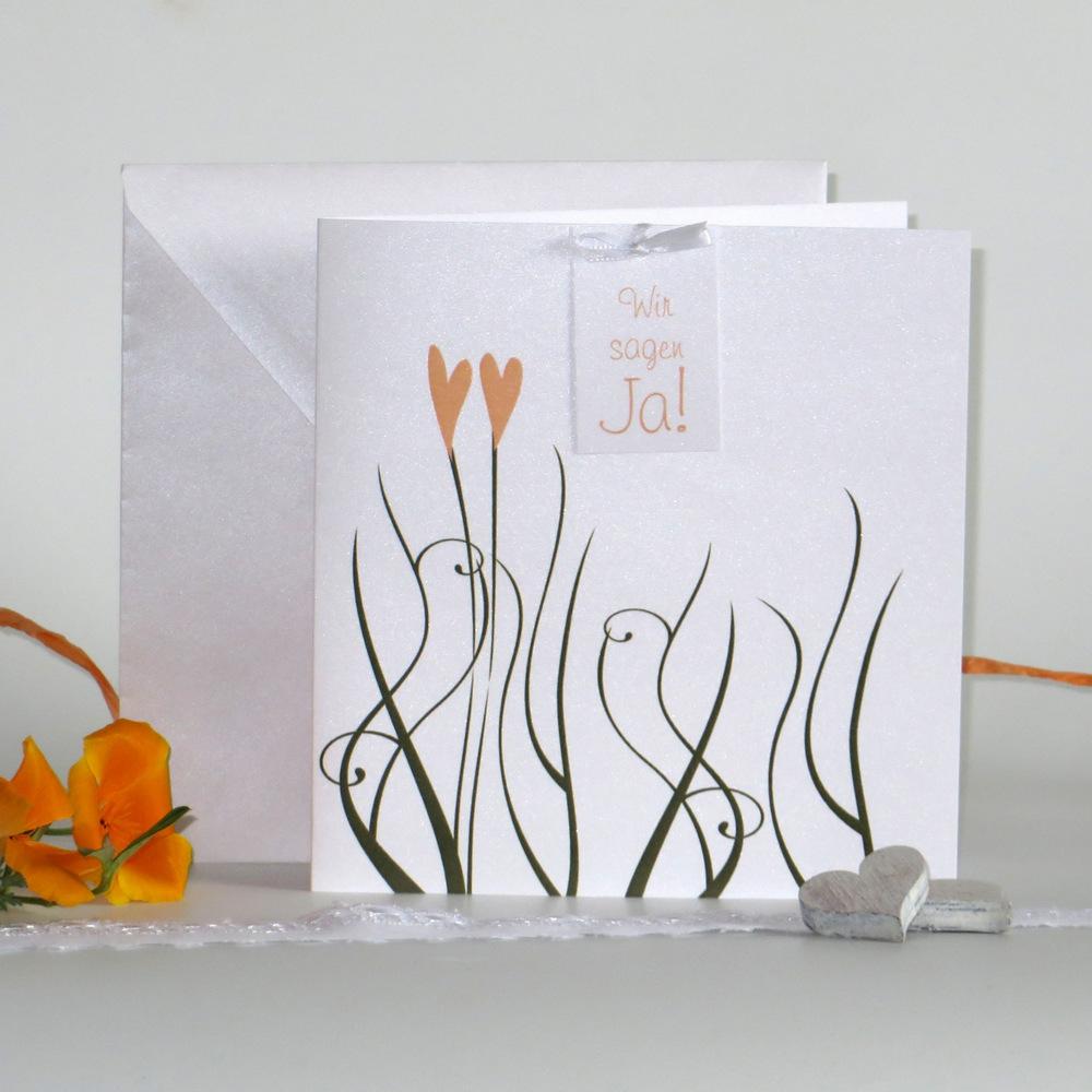 Edel glänzende Hochzeitseinladung mit einem trendigen Design in grün und apricot. 1