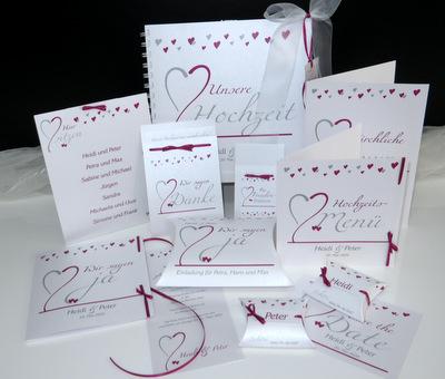 Hübsch gestaltete Hochzeitskarten in weiß mit dunklem pink und grau.