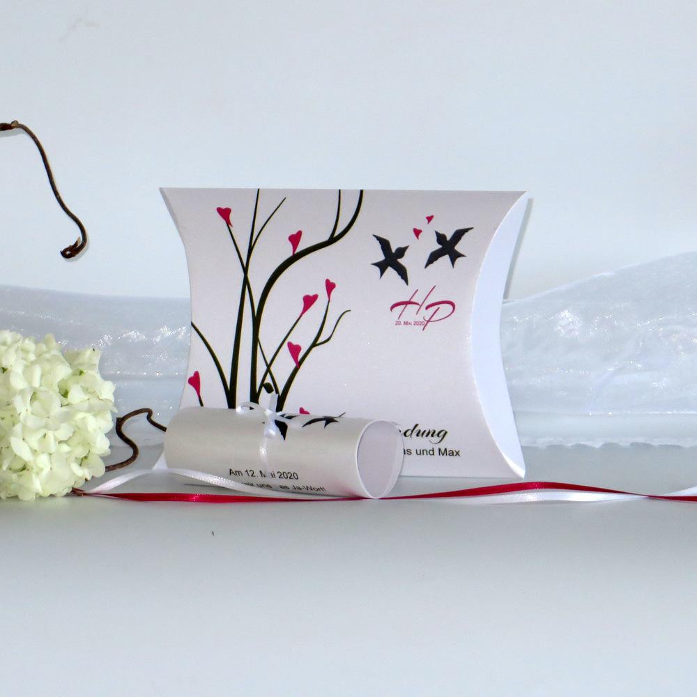Besondere Hochzeitseinladung mit einem Design aus Ästen, Herzen und Vögeln.