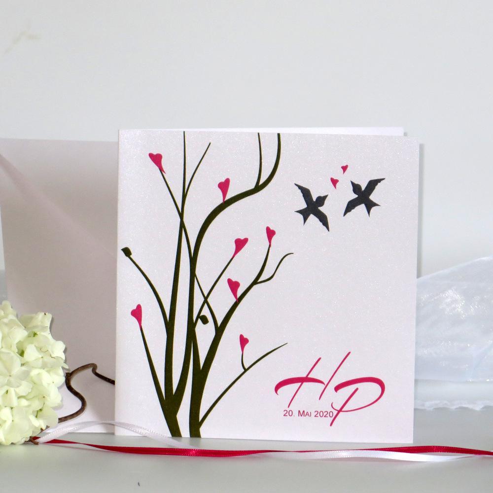 Hübsch gestaltete Hochzeitseinladung in aktuellem Design mit kleinen Vögeln.