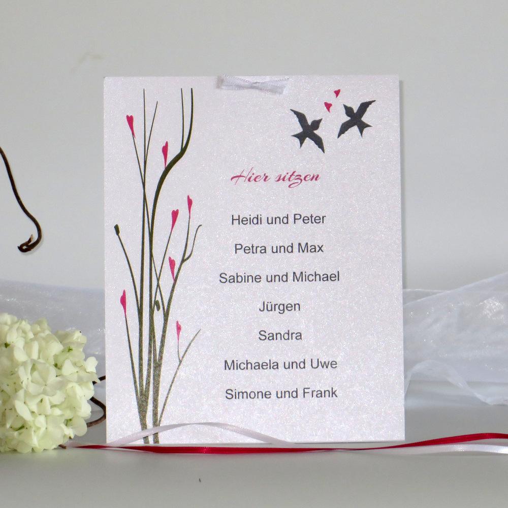 Eine Tischkarte für mehrere Personen mit einem romantischen Design.