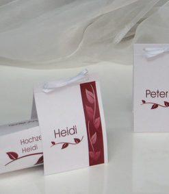 Voll im Trend liegende Tischkarten, versehen mit dem Namen des Gastes und einem tollen Blättermotiv in rot