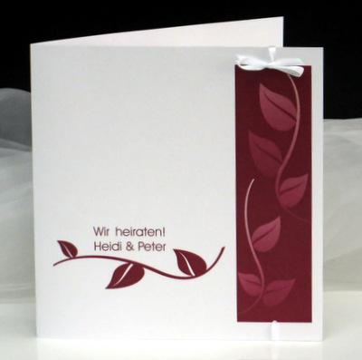 Stylische Einladung zur Hochzeit mit einem Blättermotiv in rot.