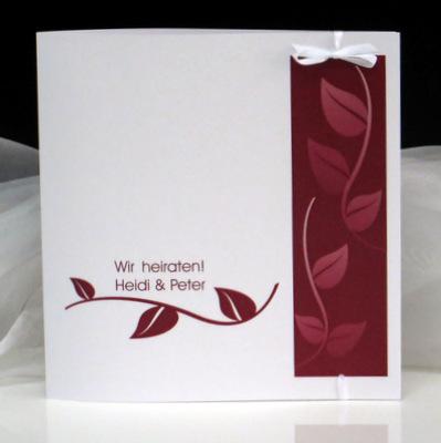 Tolle Hochzeitseinladung mit tollen Blättern in rot und einer weißen Schleife, mit der die Karte verschlossen wird.