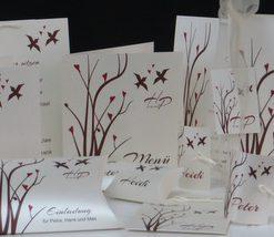Modische Kartenkollektion für eine Hochzeit mit Taufe in romantischen bordeauxrot und braun sowie passendem Vogeldesign