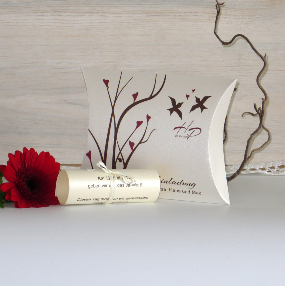 Ausgefallene Einladung zur Hochzeit in Form einer modernen Box mit einer Schriftrolle, die mit Ihrem Text bedruckt wird