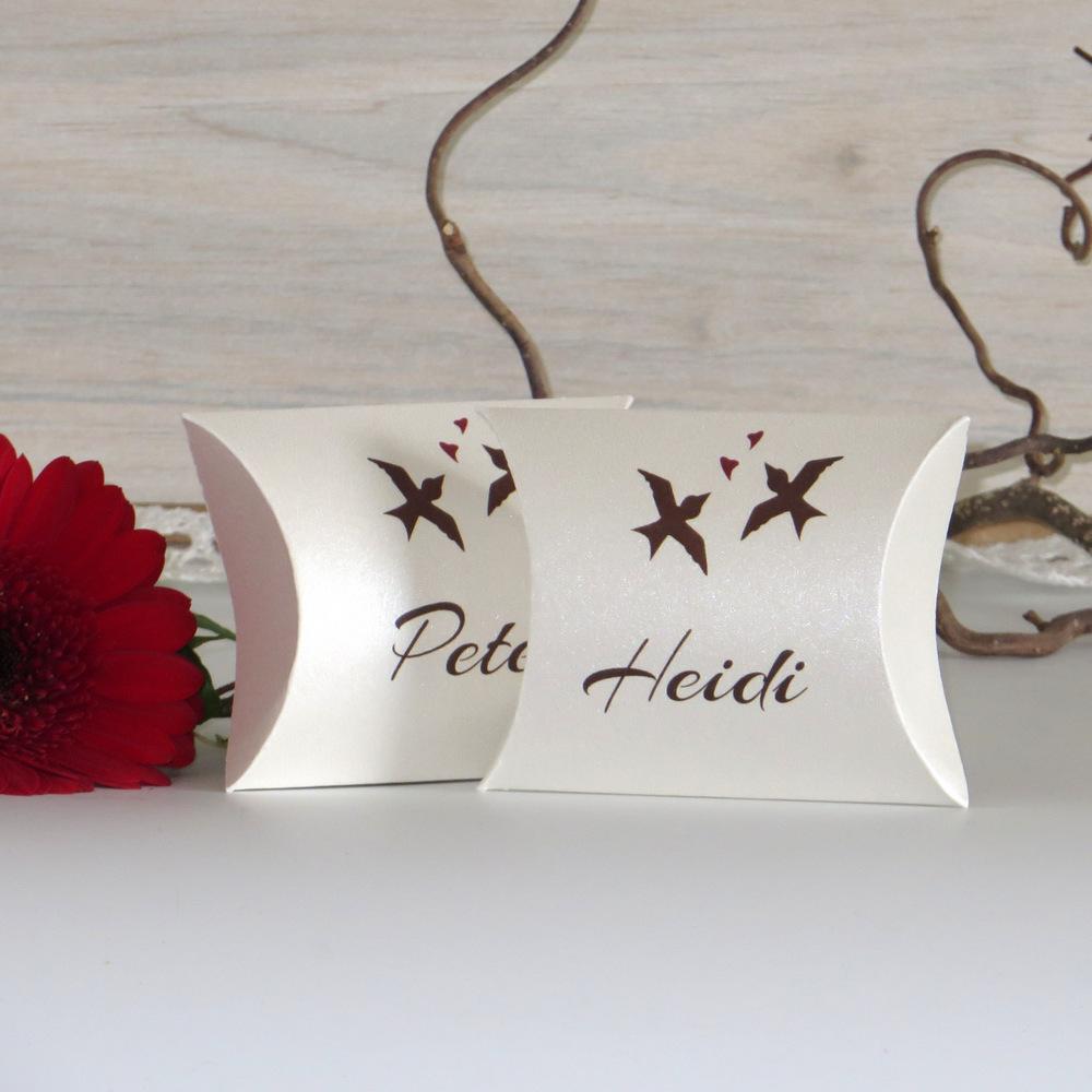 Tischkarten in Form einer Kissenschachtel zum Befüllen