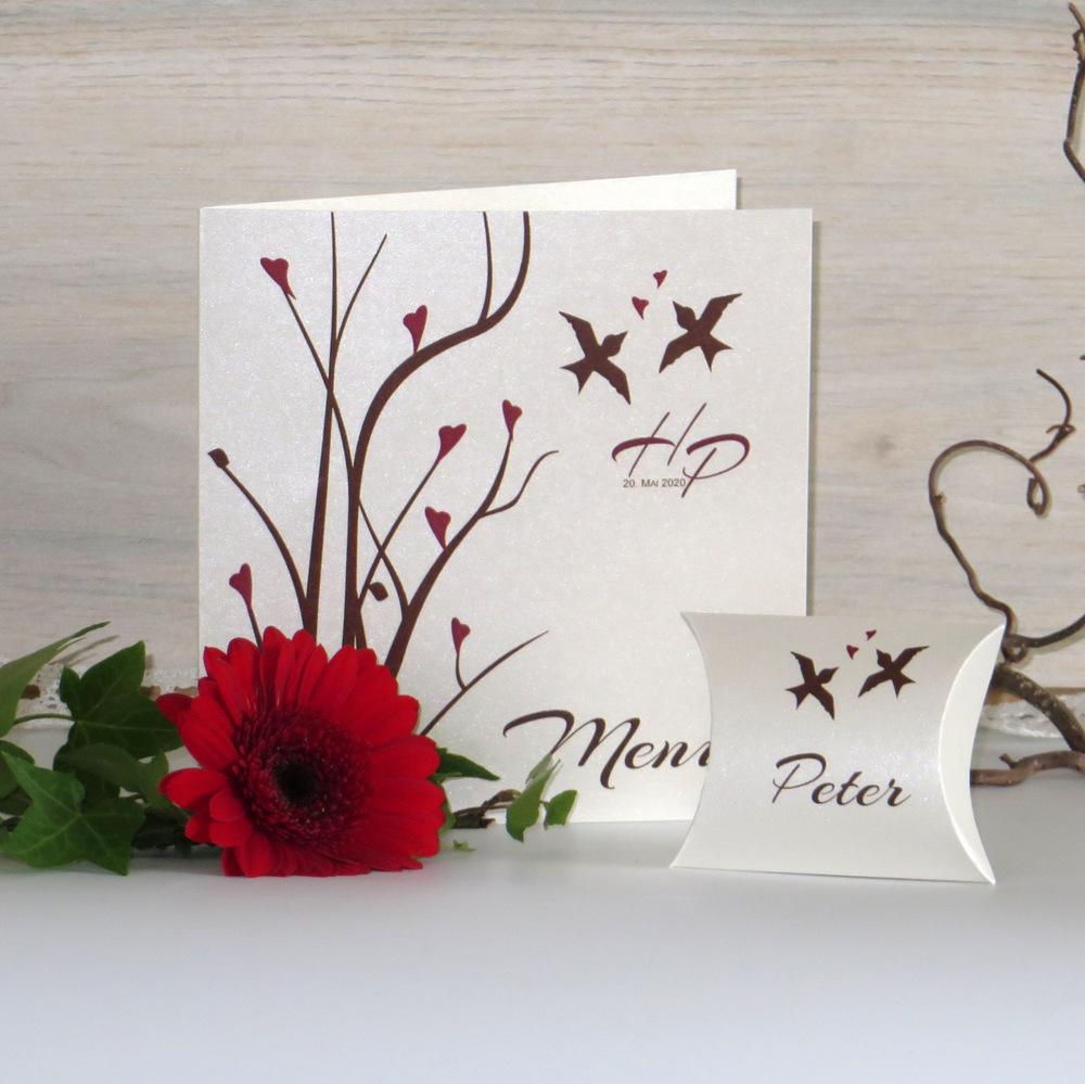 Die perfekte Menükarte für Ihre festliche Hochzeitstafel in herbstlichem bordeauxrot und braun