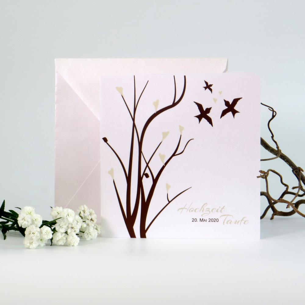Drei kleine Vögel zieren die stilvolle Einladungskarte zur Hochzeit und Taufe.