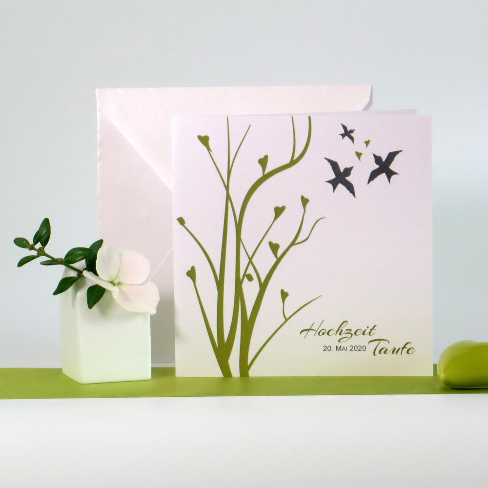 Mit drei kleinen Vögeln gestaltete Einladungskarte zur Hochzeit mit Taufe.