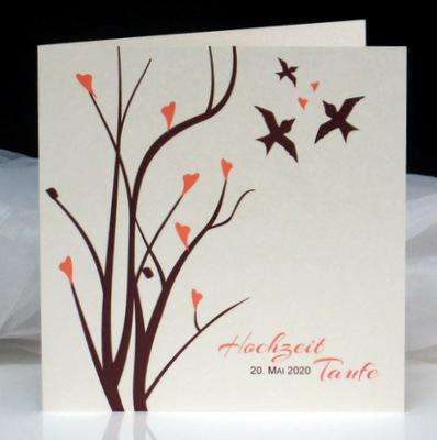 In edler Optik gestaltete Einladungskarte zur Traufe in apricot und braun mit Vögeln und Ästen